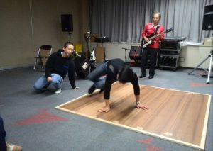 副社長の演奏でブレイクダンスをする、経理部仁科とチュウンさん